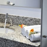 Doppel- oder Zweibettzimmer, 1 Doppelbett oder 2 Einzelbetten - Waschbecken im Bad