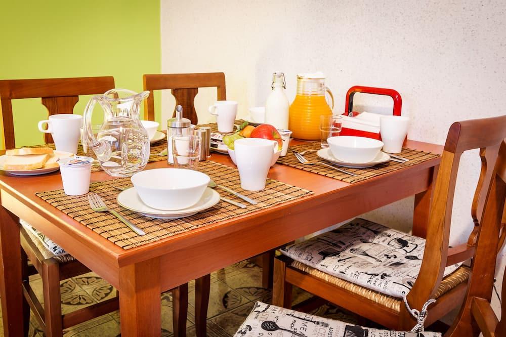 Habitación cuádruple tradicional, baño compartido, vista al patio - Servicio de comidas en la habitación