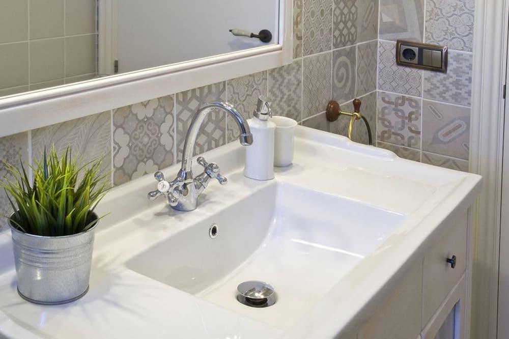 Apartment, 2 Bedrooms, Pool Access, Garden View - Bathroom Sink
