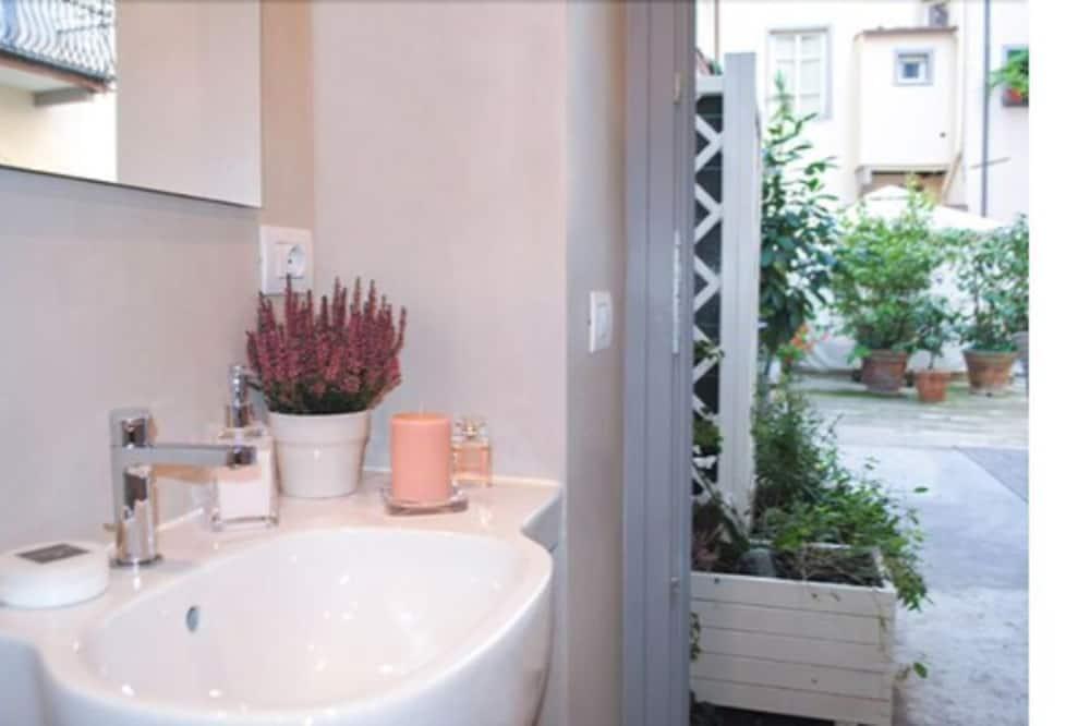 Standard Double Room, 1 Bedroom, Patio, Courtyard Area (Camelia) - Bathroom Sink