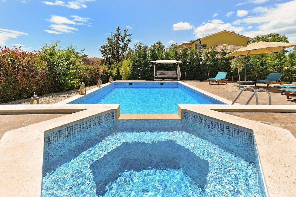 Standard-huvila, 6 makuuhuonetta (0352) - Yksityinen uima-allas