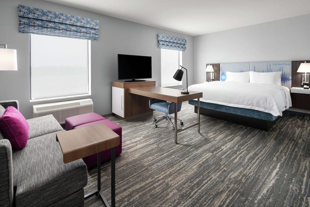 Suite, 1 King Bed, Accessible - Living Area