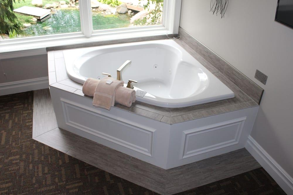 غرفة عادية - سرير ملكي - بمنظر للنهر - مغطس سبا خاص