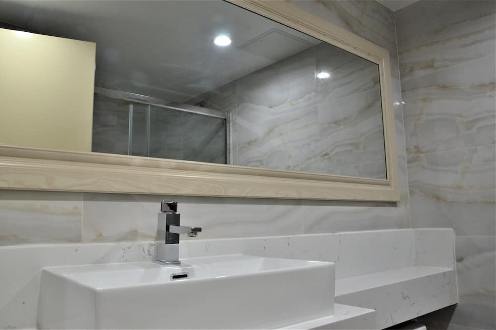 Dvojlôžková izba typu Classic, 2 veľké dvojlôžka, výhľad na mesto - Kúpeľňa