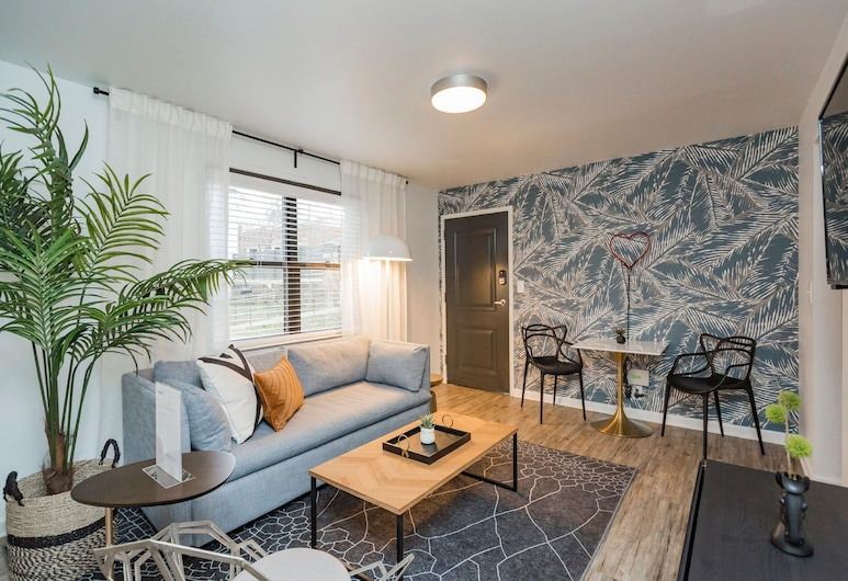 Abode Nashville - Marathon Village/Near Downtown, Nashville, Apartment, Courtyard View, Living Area