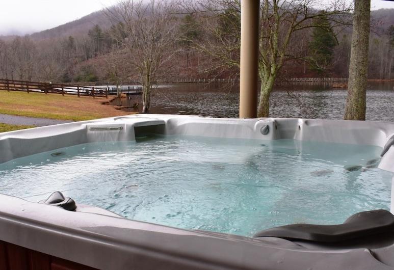 Falling Waters Lodge, Ellijay, Outdoor Spa Tub