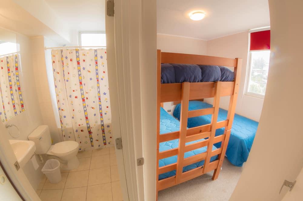 Căn hộ dành cho gia đình, Nhiều giường, Quang cảnh một góc biển - Phòng tắm