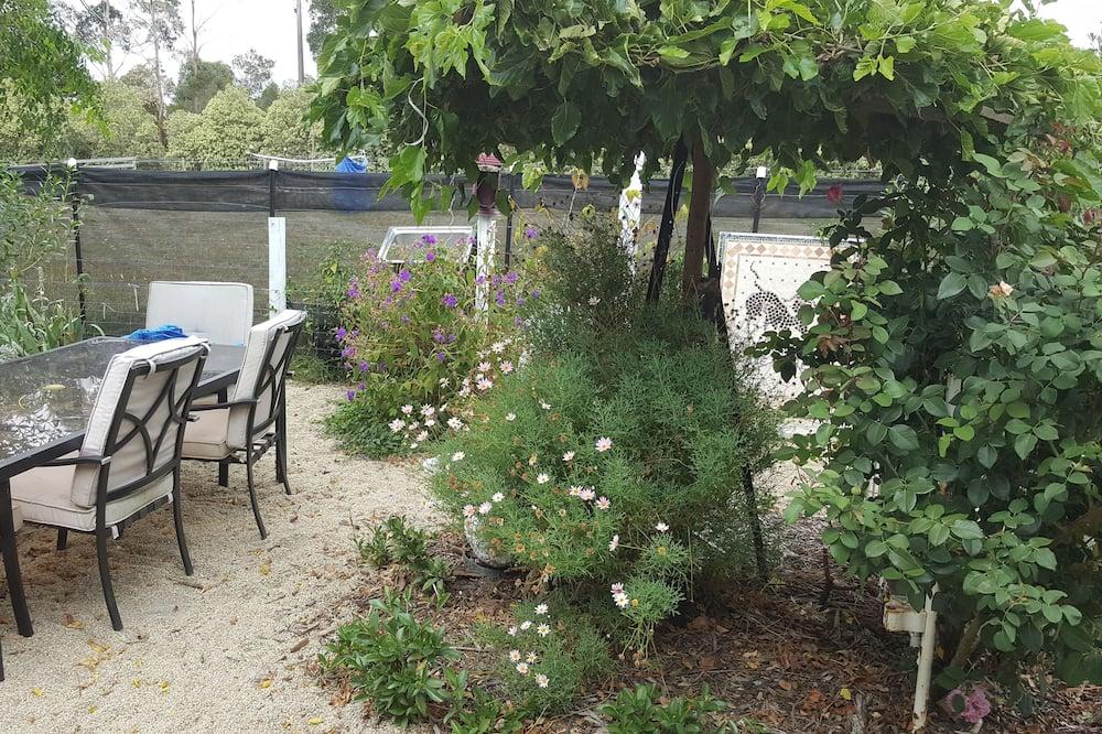 Коттедж, 2 спальни, 2 ванные комнаты - Вид на сад