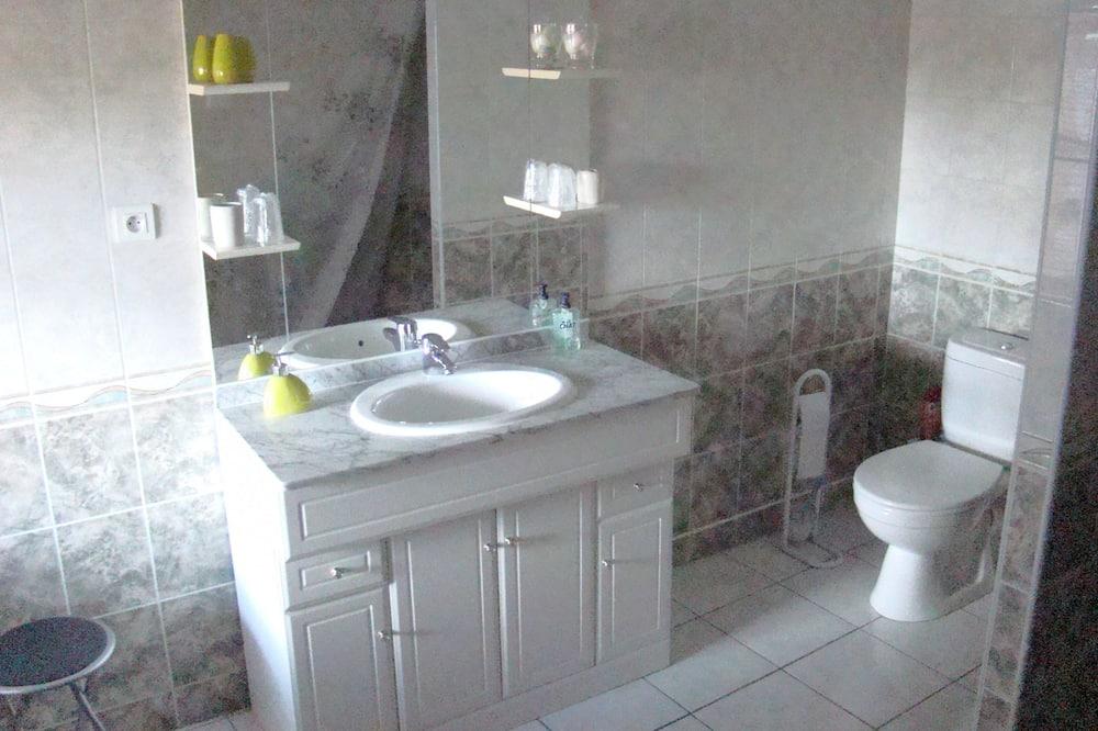 Family Triple Room, Courtyard View (Les Oiseaux) - Bathroom