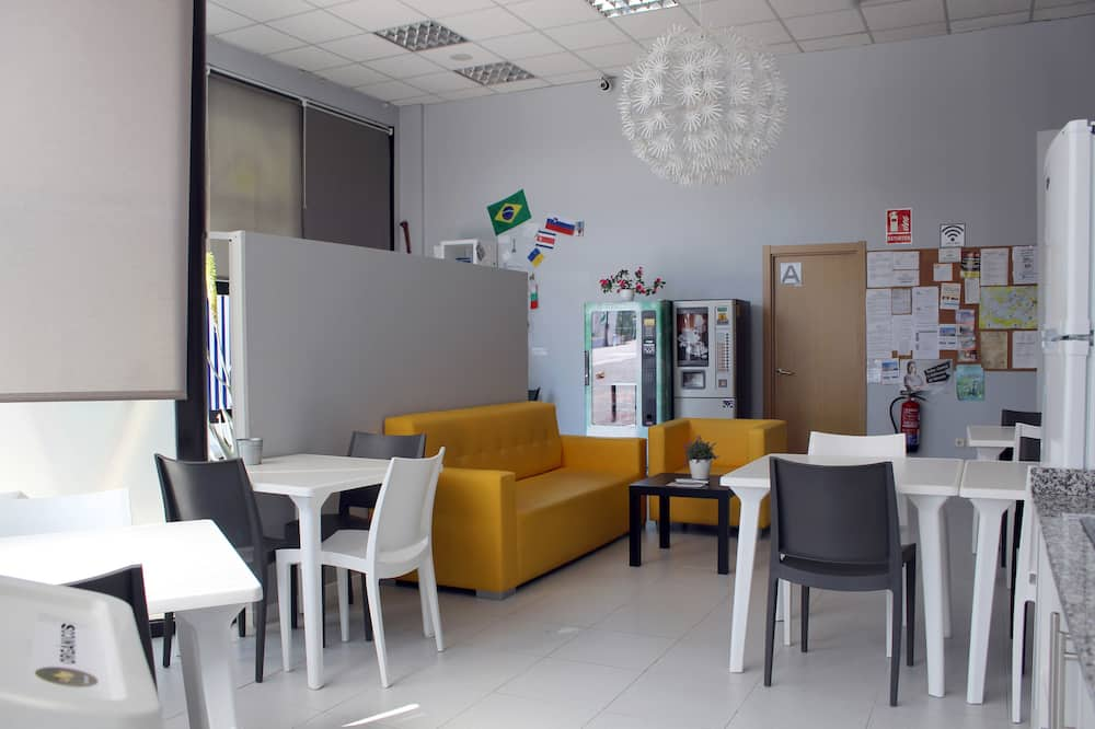 1 bed in a shared mixed dorm - Living Area
