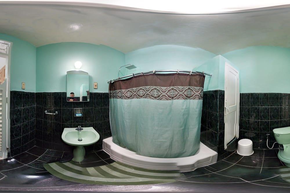 Семейный номер, 2 двуспальные кровати «Квин-сайз» - Ванная комната