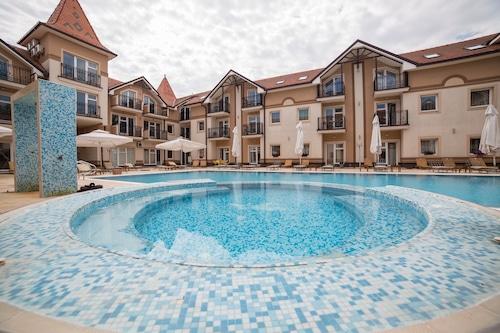 プールビューのシンプルで居心地の良い日当たりの良いアパート/