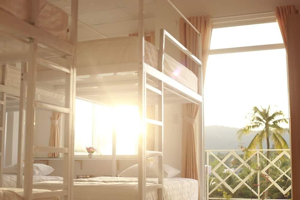 Felles sovesal – standard, kun for kvinner, kjøkken, utsikt mot fjell (Bed in 8-Bed) - Gjesterom