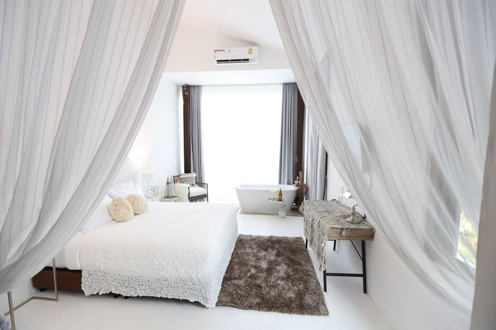 Classic Studio Suite, 1 King Bed, River View - Guest Room