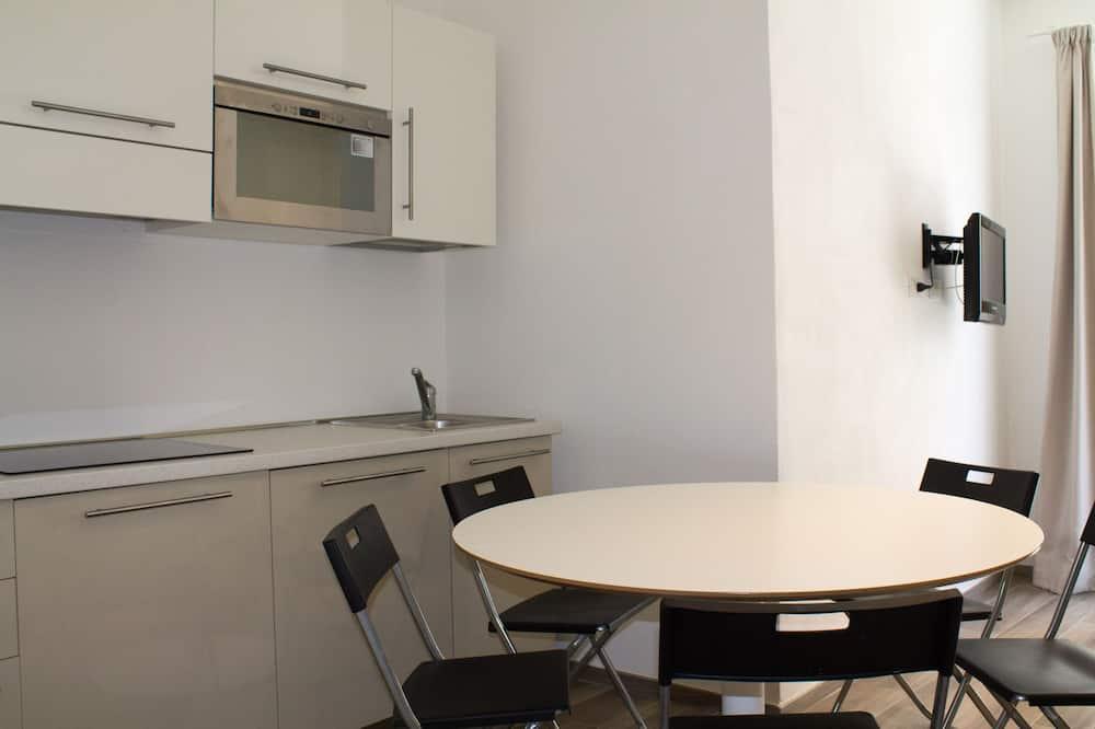 Apartment, Balkon - Essbereich im Zimmer