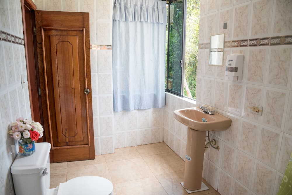 Exclusive Triple Room, Multiple Beds, Courtyard View - Bathroom