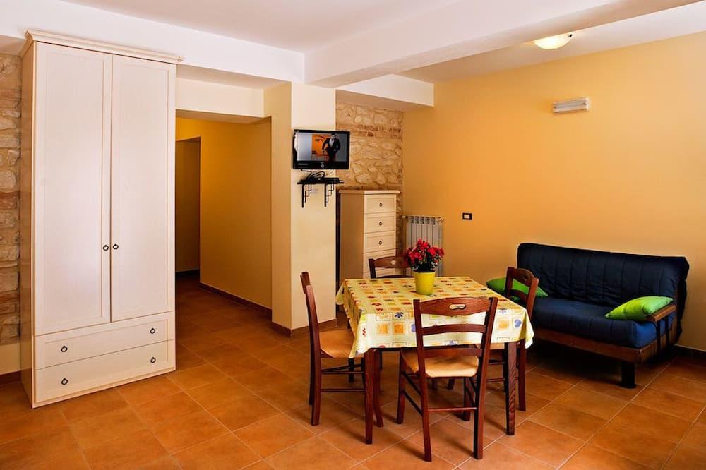 Studio Keluarga, 1 Tempat Tidur Queen dengan tempat tidur Sofa (Chopin Dell'Aria) - Tempat Makan Di Kamar