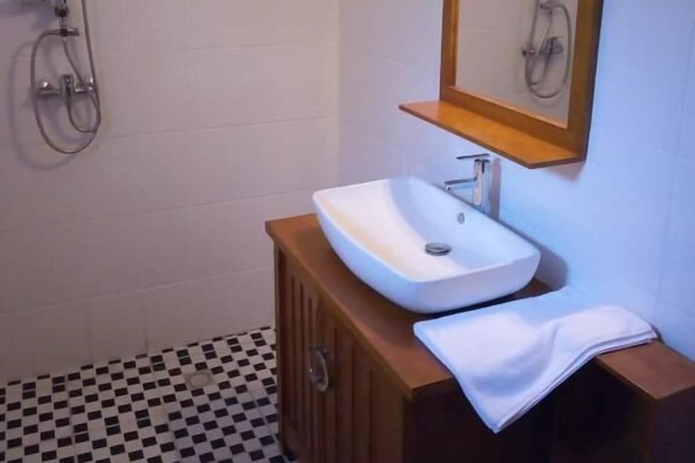 Classic Room, 1 Queen Bed, City View - Bathroom Sink