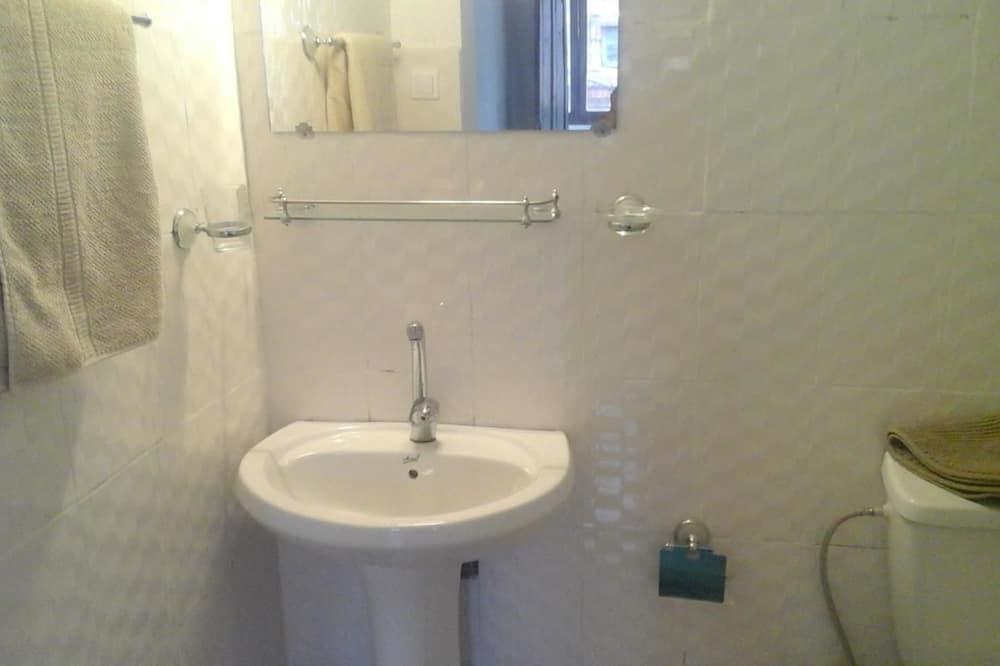 Chambre Simple, 1 grand lit 1 place - Salle de bain