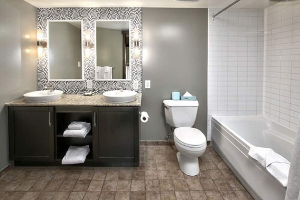 Mosaic One Bedroom with Den - Private spa tub
