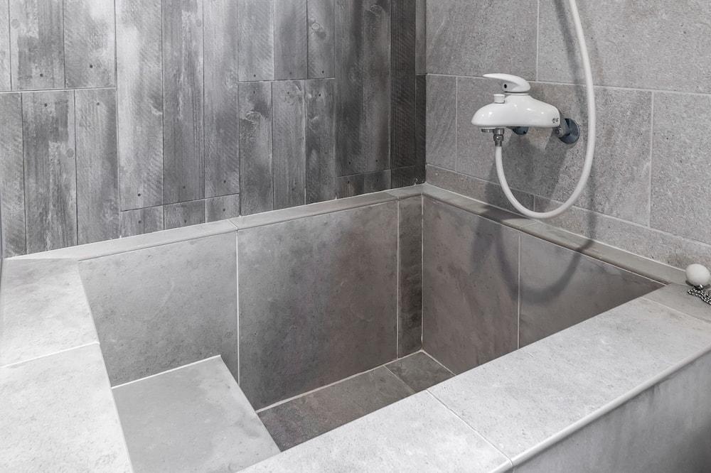 標準四人房, 浴缸 - 浴室
