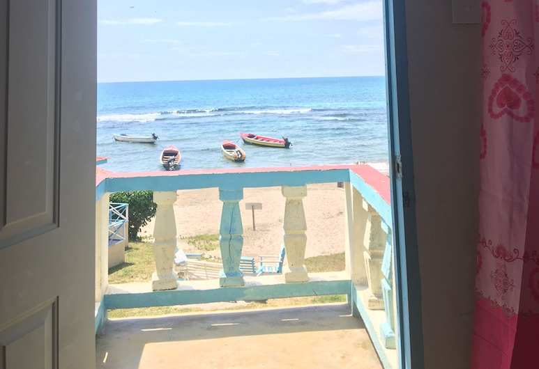 Waikiki Guest House, Treasure Beach, Triple Room, Multiple Beds, Beach View, Guest Room