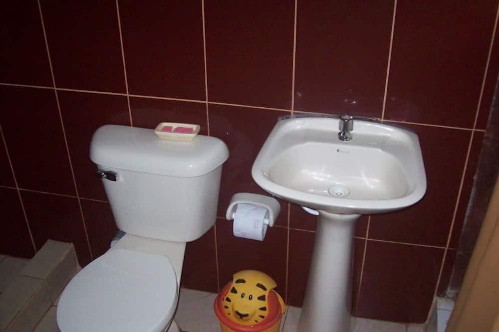 Perhehuone, Useita sänkyjä, Tupakointi kielletty - Kylpyhuone