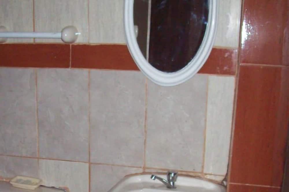 Kahden hengen huone, 2 yhden hengen sänkyä, Tupakointi kielletty - Kylpyhuone