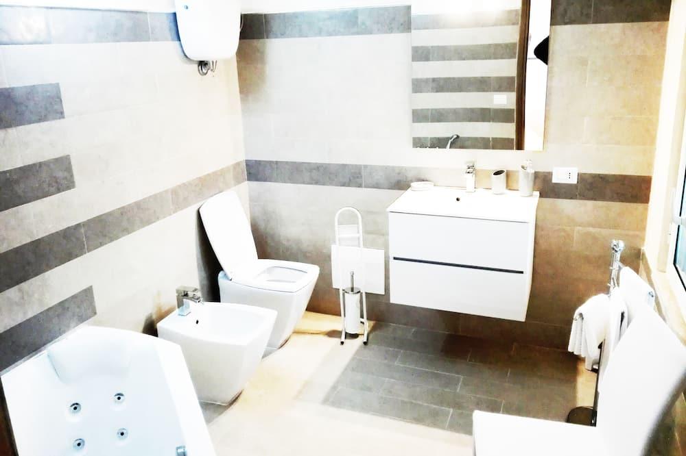 جناح جونيور - بحوض استحمام بنظام دفع المياه - منظر للحديقة (Zannone) - حمّام