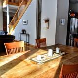 Hus, flere senger, peis - Bespisning på rommet