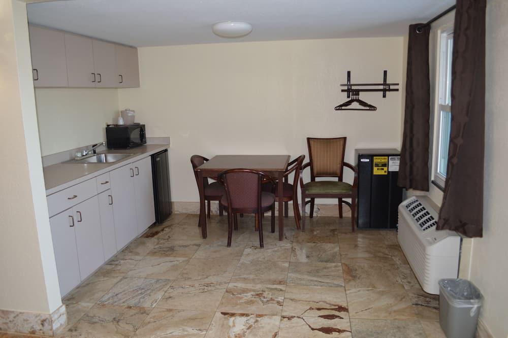 Deluxe-Dreibettzimmer, Mehrere Betten, Nichtraucher, Kochnische - Essbereich im Zimmer