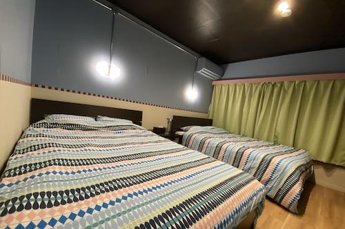 横浜中華街の中心にある一軒家。8名まで宿泊でき、ご家族にも最適です。/