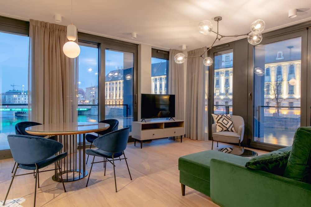 Augstākās klases luksusa numurs, 1 divguļamā karalienes gulta un dīvāngulta, skats uz upi - Dzīvojamā istaba
