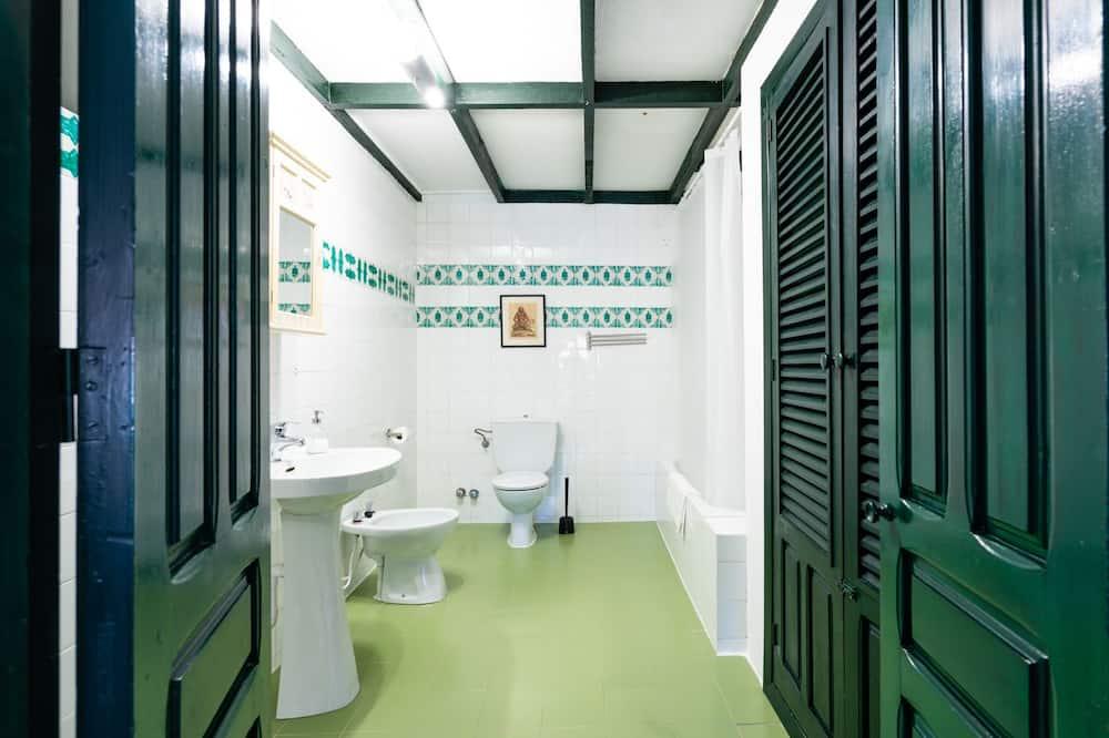 Chambre Double, plusieurs lits, vue jardin - Salle de bain