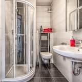 Szoba kétszemélyes ággyal, erkély, kilátással a kertre - Fürdőszoba