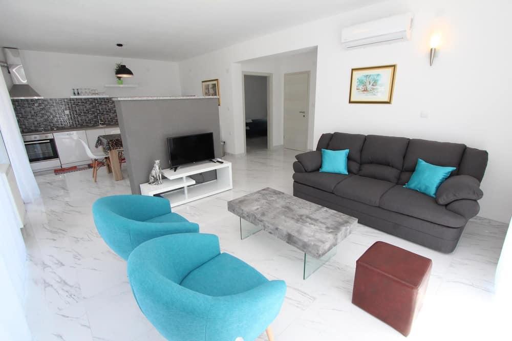 شقة - ٣ غرف نوم - بمسبح خاص - غرفة معيشة