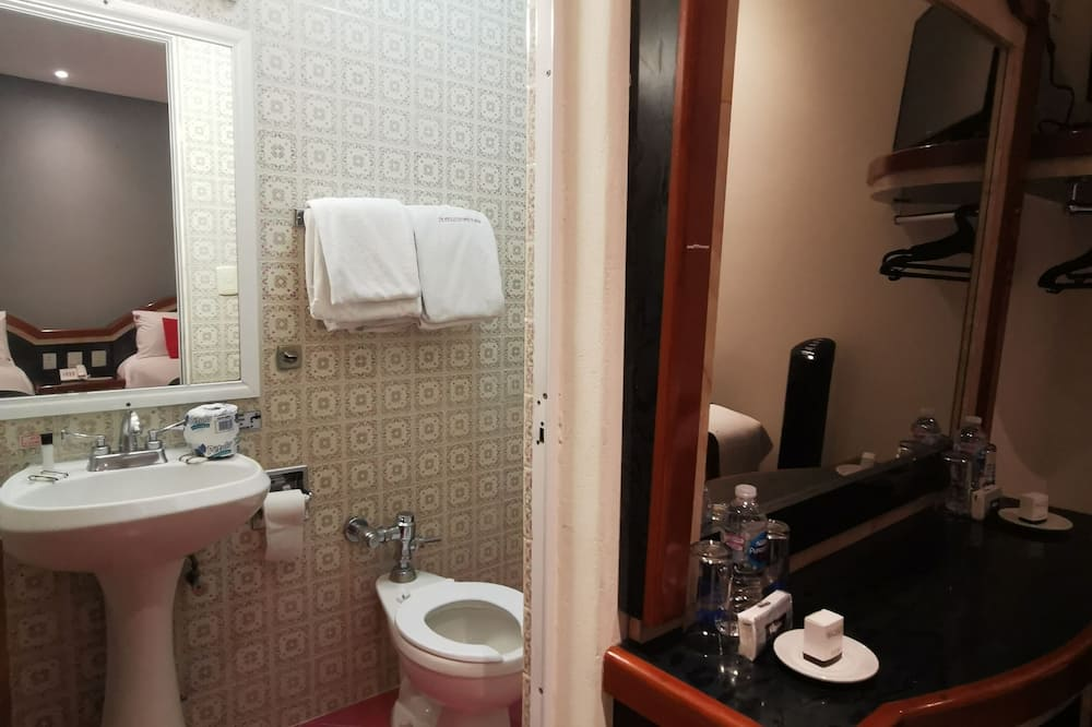 Superior-Zweibettzimmer, 2Doppelbetten - Badezimmer