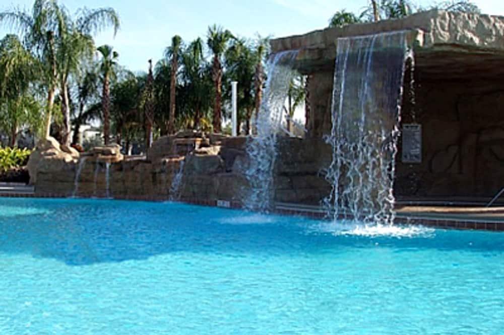وحدة سكنية متصلة - ٤ غرف نوم - مسقط ماء بحمام السباحة