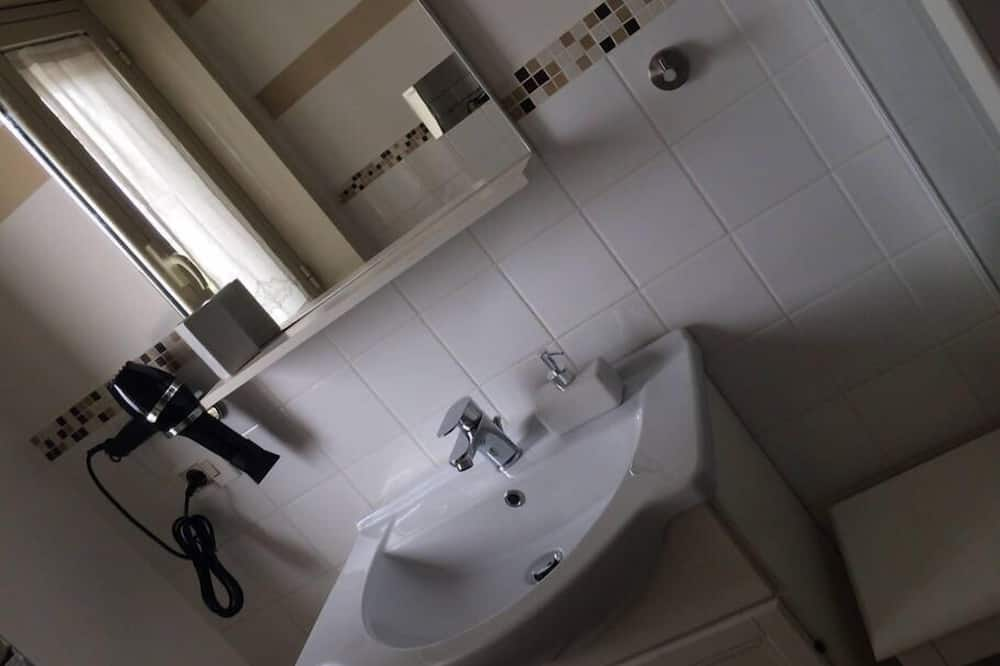 Comfort Double or Twin Room, Kitchenette, Courtyard View (Civetta) - Bathroom Sink