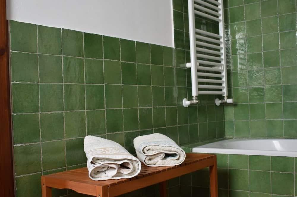 Family Room, Multiple Beds (External Bathroom) - Bathroom