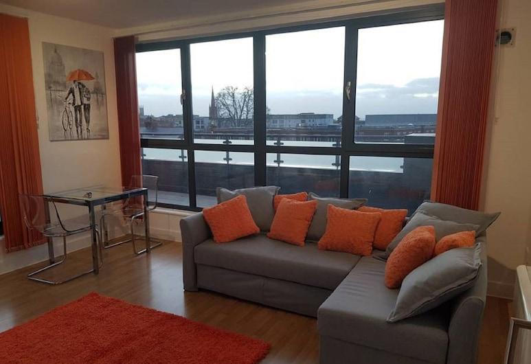 Central penthouse with hot tub views, Cheltenham, Appartement Luxe, Salle de séjour
