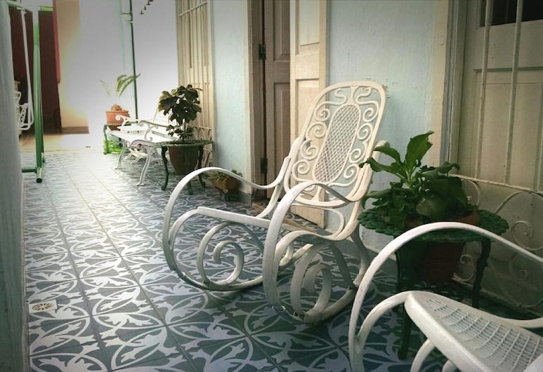 كاسا كولونيال أيفيس, هافانا, غرفة بتجهيزات أساسية - عدة أسرّة - منظر للفناء, تِراس/ فناء مرصوف