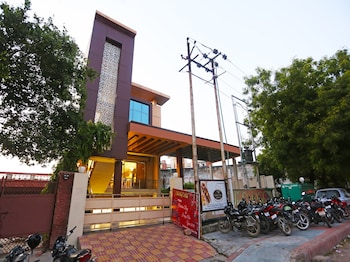 Enter your dates to get the Agra hotel deal