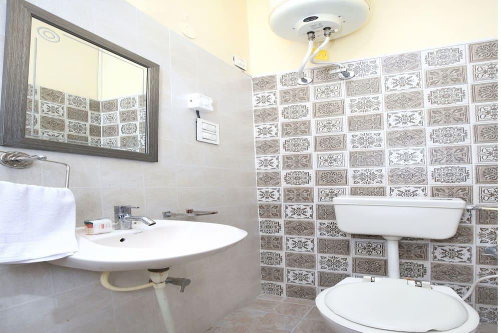 Dvivietis kambarys, 1 didelė dvigulė lova - Vonios kambarys