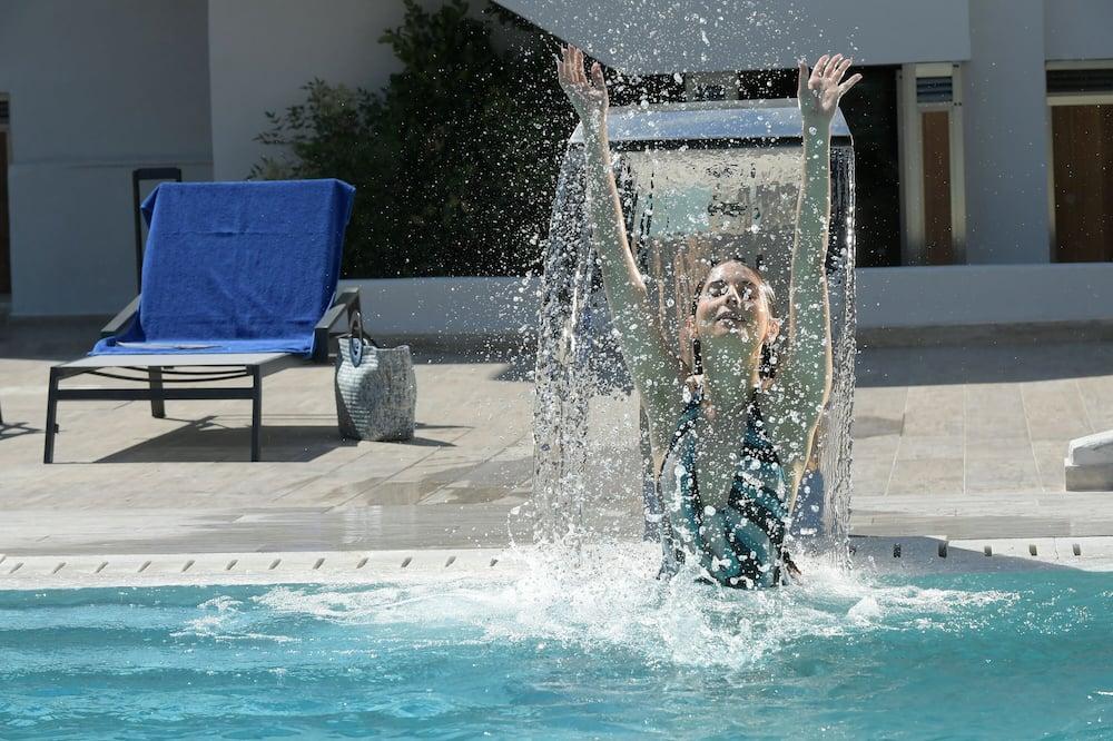 مسقط ماء بحمام السباحة