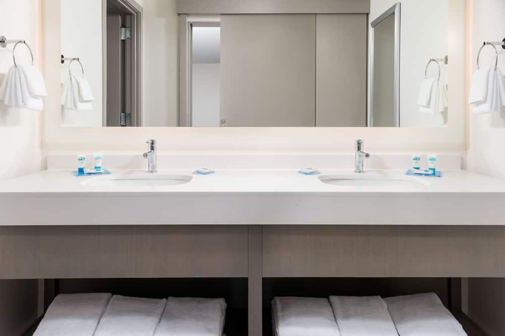 Studio Kitchen Suite | Two Queen Beds - Bathroom