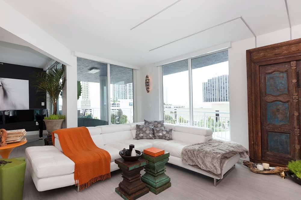 Luxury Apartment, 2 Queen Beds, Bay View - Living Area