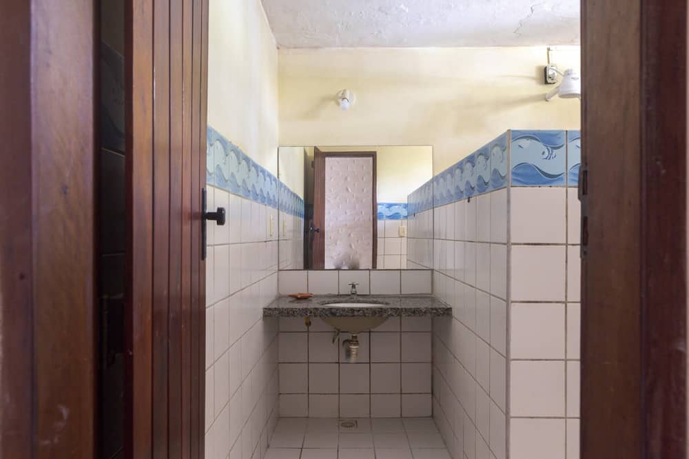 Trojlôžková izba, viacero postelí - Kúpeľňa