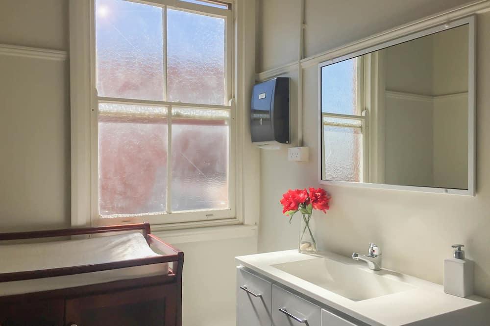 Divvietīgs numurs, 1 divguļamā gulta, koplietojuma vannasistaba - Vannasistaba