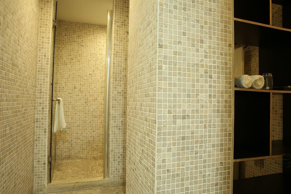Design-dobbeltværelse - Bruser på badeværelset